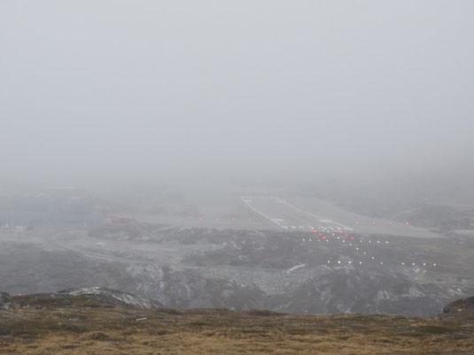 Links im Bild: das Flughafengebäude ist kaum noch zu erkennen
