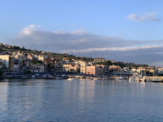 Italien, Sizilien, Aci Trezza, Sehenswürdigkeit, Hafen, Zyklopen Inseln
