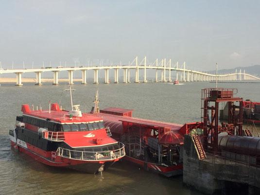 Eine der vielen Fähren zwischen Hongkong und Macao
