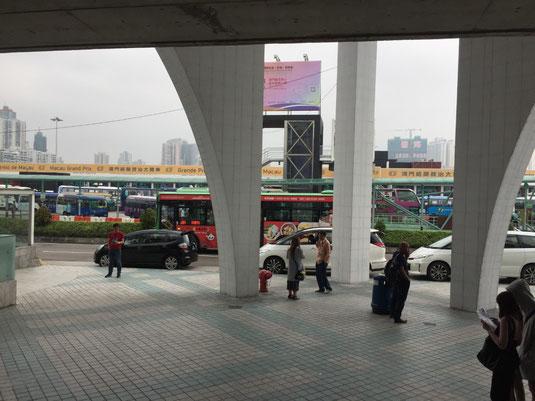 Busbahnhof vor dem Ferry Terminal