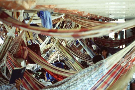 Brasil, Brasilien, Schlafen in Hängematten auf einem Transportschiff am Amazonas