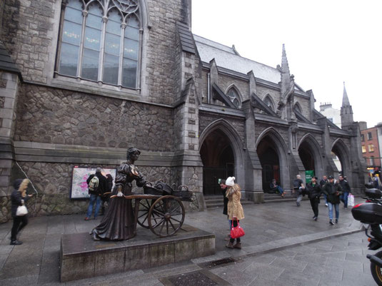 Irland, Dublin, Molly Malone Statue, St. Andrew Chrurch