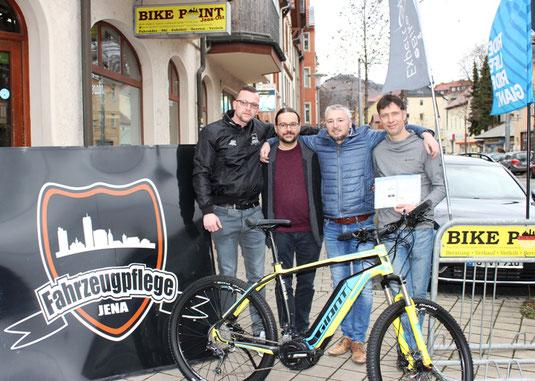 Foto: v.l.n.r. Roy Franke von der Fahrzeugpflege Jena, Thomas Liehr & Ronny Fieber vom Lionsclub Jena-Paradies, sowie Peter Michalak vom Bike Point Jena.