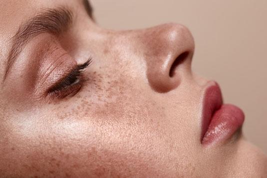 Unterstreichen Sie Ihre Persönlichkeit. Make-Up-Produkte von Edward Bess - Mascara | Lippenstift | Puder