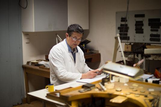 Piere-Frédéric Tournis dans son atelier de Joaillerie, cours de l'Intedance à Bordeaux