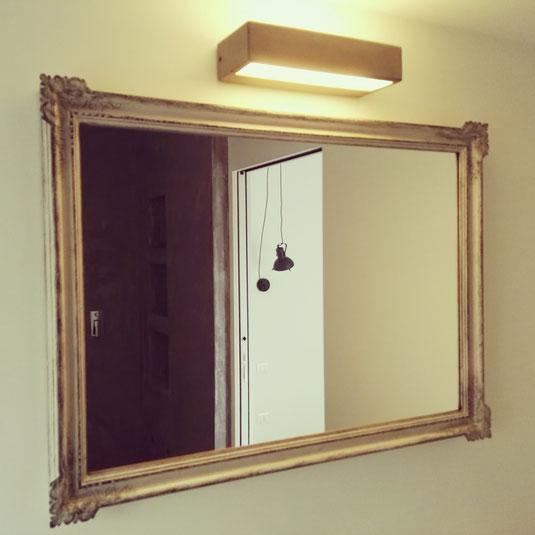 Uno specchio incorniciato è un complemento d'arredo dalla funzione decorativo-ornamentale