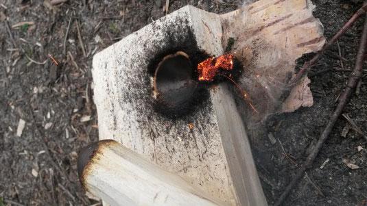 Die erste Glut mit dem Feuerbohrer- ein Erlebnis purer Emotionen