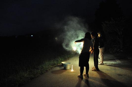 クラスメイトとの花火は修学旅行の楽しい思い出に