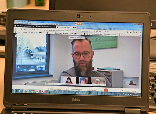 Der CDU-Stadtverbandsvorsitzende Björn Giesler verkündet die Entscheidung per Videokonferenz. (Quelle: Gerko Naumann, www.haz.de)