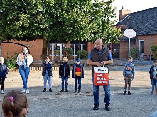 Ortsbürgermeister Peter Hahne hat 100 Obstbäume bestellt. Diese verteilt er an die Erstklässler der Grundschulen Schloß Ricklingen, Horst und Frielingen. Auch die Schulen selbst bekommen Bäume. (Quelle: Anke Lütjens, www.haz.de)