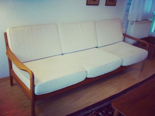Midcentury Couch, 3-Sitzer mit organisch geferormten Armlehnen. Foto: www.collage-gallery.de