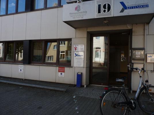 Eingang zu unserer Heider Kleintierpraxis in der Heistedter Strasse 19, die seit dem Jahr 2000 in Heide, Dithmarschen, besteht.