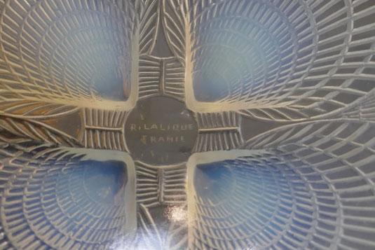 coupe de René Lalique, entre 1925 et 1930 en verre légèrement fumé moulé et pressé portant la signature R. LALIQUE FRANCE, diamètre 16 cm hauteur 6,8 cm
