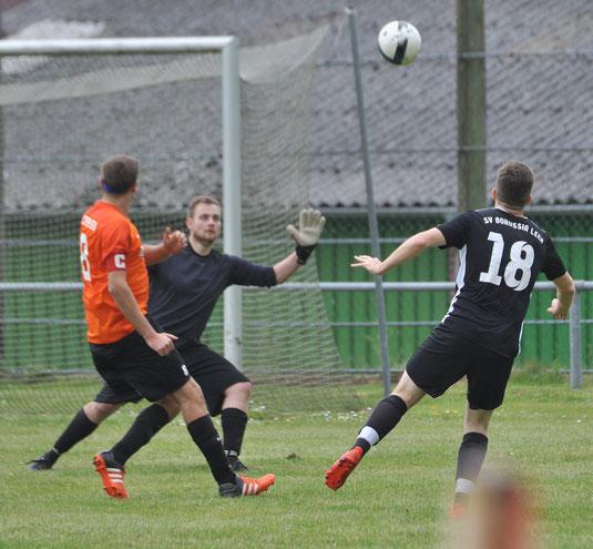 Der Anfang der Borussia-Aufholjagd: Cord Fleßner lupft den Ball kurz nach dem Seitenwechsel ins Tor.