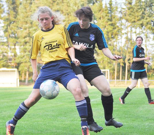 Die frühere Bundesliga-Spielerin Hannah Poppinga im Duell mit Borussias Nadine Veenhuis.