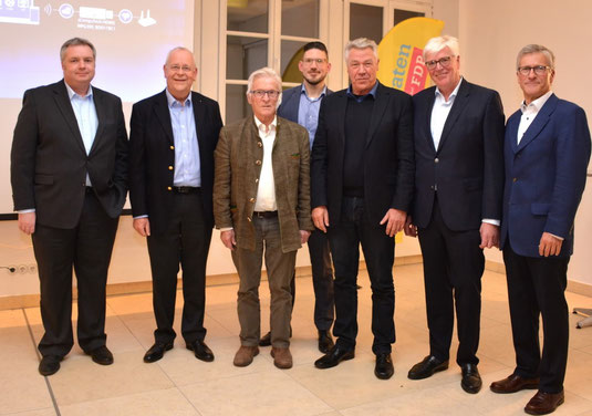 Referent Dr. Norber Becker (3. v. rechts) und KABS Gründervater Dr. Paul Schädler (3. v. links) mit dem FDP-Orstvorsitzenden Michael Gldschmidt (2. v. links), Bürgermeister Andreas Poignée und den Organisatoren der Veransatltung Nicolas Medl, Dr. Wilfried