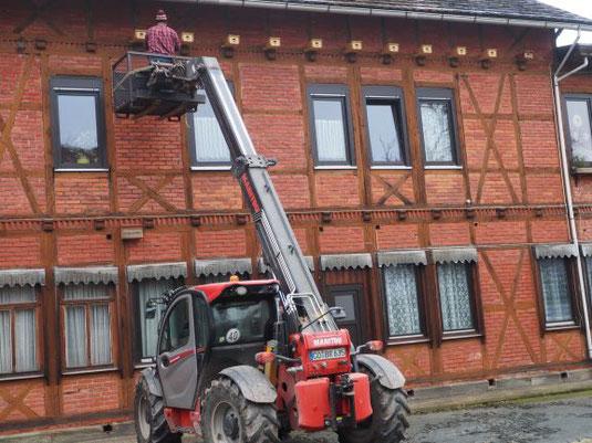Die Mauerseglerkästen wurden vergangenes Jahr mithilfe eines Hubsteigers an die Hausfassade von Christine Bonas angebracht. Foto: Petra Altrichter/LBV
