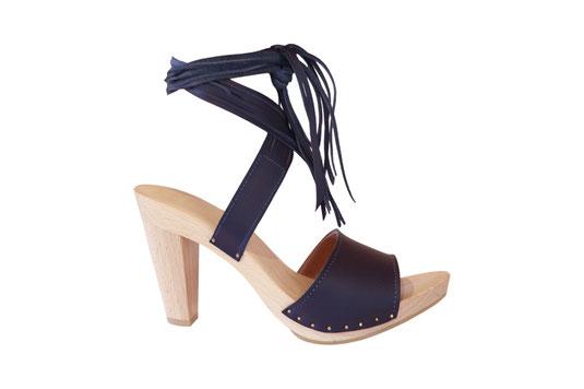 Chaussure sabot d'été sur semelle bois, réalisée sur mesure aux sabots d'isa à saint-bertrand-de-comminges dans les Pyrénées centrales