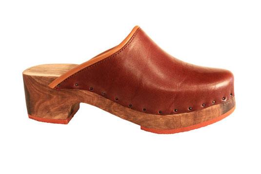 Cette image représente un sabot suédois pour homme en cuir marron à tannage végétal et semelle en noyer, avec caoutchouc en couleur marron