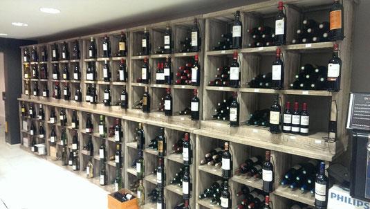 Du rouge au vert : vins sur étagère.