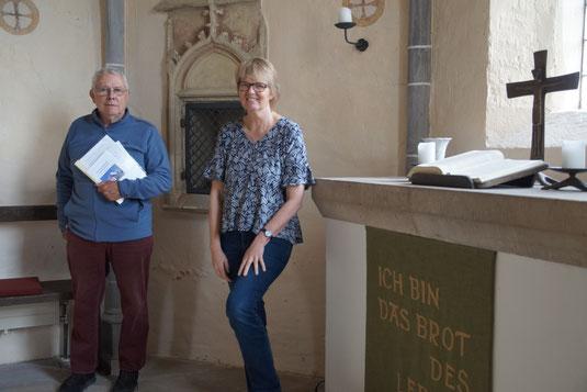 Jochen Selbach und Pastorin Bettina Burkhardt stehen vor dem Altar in der Marienkirche.