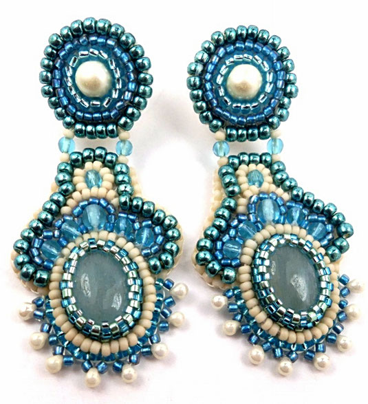photo de boucles d'oreilles brodées avec cabochons ovales en aigue marine, pierre de gemme, bijoux créateur