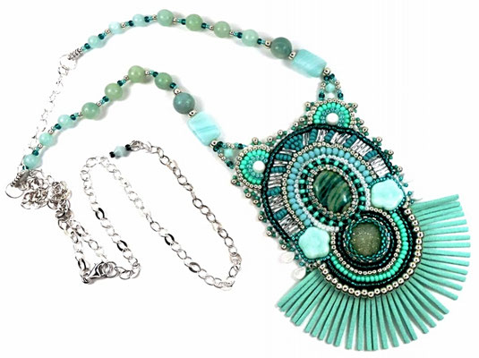 photo-collier-createur-brode-boheme-ethnique-turquoise-argent-avec-perles-et-cabochon-amazonite-forme-originale-franges-cuir-suede
