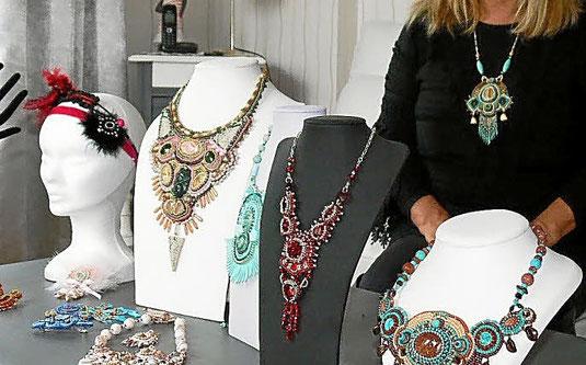 photo-de-la-creatrice-des-bijoux-marquise-grenat-posant-devant-ses-bijoux-brodes