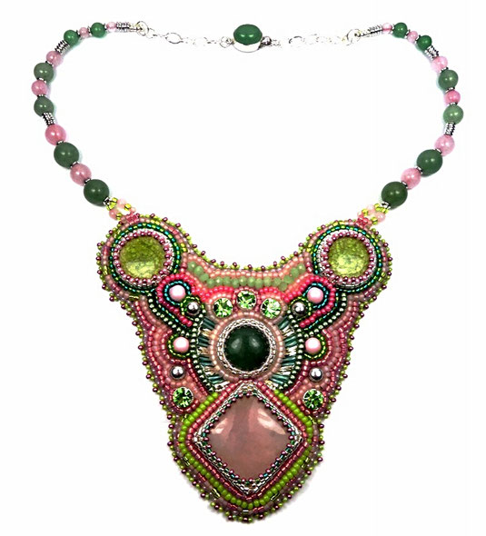 photo-collier-plastron-brode-rose-vert-argent-pierres-fines-cabohons-quartz-aventurine-