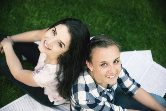 Hanna und Nora-Marie bei einer Schaffenspause im Grünen