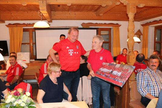 Im Bild: Alois Leipold überreichte dem Ehrenvorsitzenden und Vorsitzenden des Festausschusses, Herbert Maier, ein Leinwandbild des Festvereins.