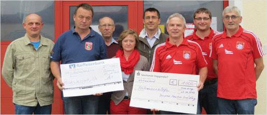Bild: Insgesamt 2000 Euro für die Hochwasserhilfe werden von der Feuerwehr und dem Bayern-Fanclub Gneiding gespendet.