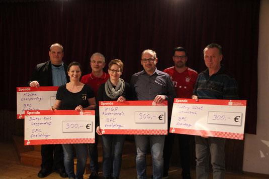 Je 300 Euro Spende vom Bayernfanclub Gneiding gab es für die Pfarrkirchenstiftung und den Kindergartenförderverein Oberpöring, den Bunten Kreis in Deggendorf und die Siedlung Bühel in Schwarzach