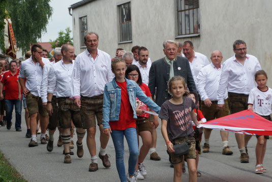 Höhepunkt war der Festzug durchs Dorf – Musikalischer Abend mit Gstanzlsänger