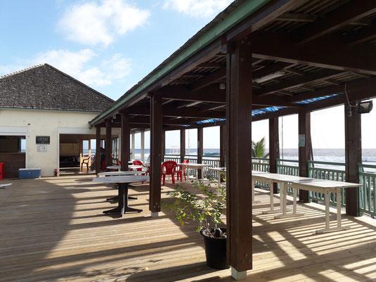 réservation d'une salle avec magnifique terrasse, vue sur la baie de saint gilles, à saint gilles les bains. Mise à disposition pour une demi-journée, journée ou soirée. Pour tout type de soirée.