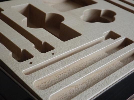 Innenleben einer Schatulle, gefertigt mit moderner CNC-Technologie.