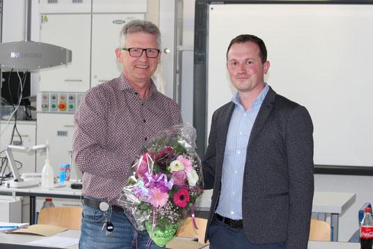 Fabian Kreck wird von Heiko Bickel mit einem Blumenstrauß begrüßt.
