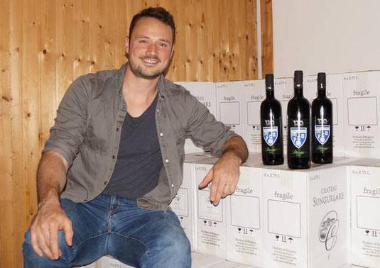 Isidor Meyer, Präsident des FC Olten, in seinem Keller: Hier lagert er den Jubiläumswein. Der edle Tropfen ist auf eintausend Flaschen limitiert. (Bild: Franz Beidler)