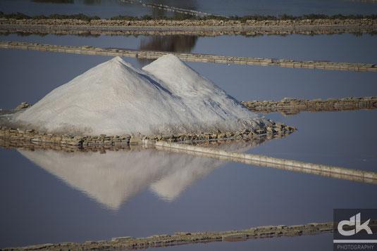 Die Salzberge spiegeln sich im Beckenwasser