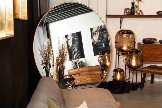 Ecklösung für Wohnräume mit Spiegel und Lampen im Wohnzimmer