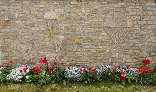 Die Mauer der Erinnerung bei Picauville zeigt die Schlachten im Marschland im Juni 1944 in der Normandie