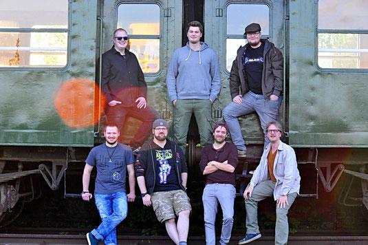 """Zählen zum Organisationsteam für """"Rock am Gleis 2018"""": (hinten von links) Robin Kremer, Lukas Wolters, Ben McManus; vorne von links: Maik Roth, Simon Wissing, Sebi Nienhaus, Sascha Rubert. Foto: Sascha Rubert/Rock am Gleis"""