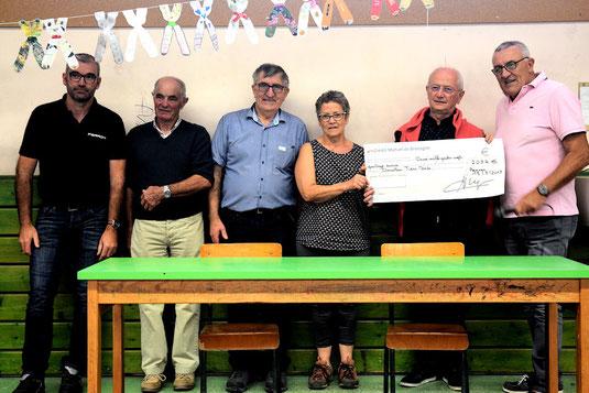 La remise du chèque au profit de solidarité Madagascar