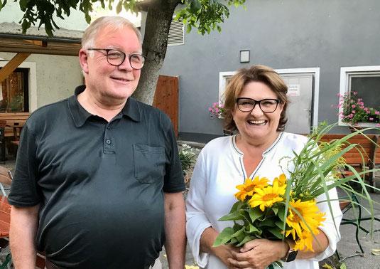 """BFB-Sprecher Hans Glatzl dankt seiner Kollegin Dr. Christina Bernet für """"24 Jahre Dauereinsatz"""" im Burglengenfelder Stadtrat."""
