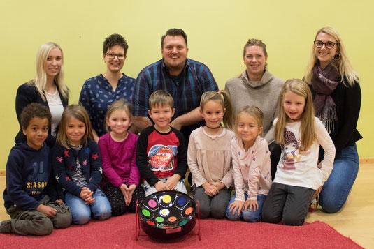 Hinten von links: Marina Binderberger, Martina Angermeier, Alois Angermeier, Marion Bachmeier-Staab, Julia Eichinger mit den Kindern des Kindergartens Nöham