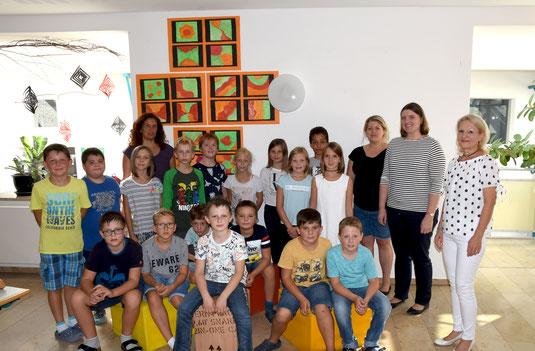 Die Übergabe in der Schule mit Barbara Lindhuber und Daniela Obermeier aus unserer Vorstandschaft und den Schülern der Grundschule Dietersburg.