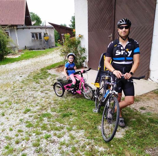Kira mit ihrem Papa Stefan auf dem Weg zur Radlerrast