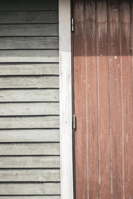 Ein minimalistisches Bild eines Holzhauses als Darstellung der Suffizienz Strategie