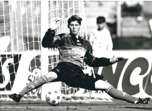 Richard Golz,wie man ihn aus vielen Bundesliga-Partien kennt