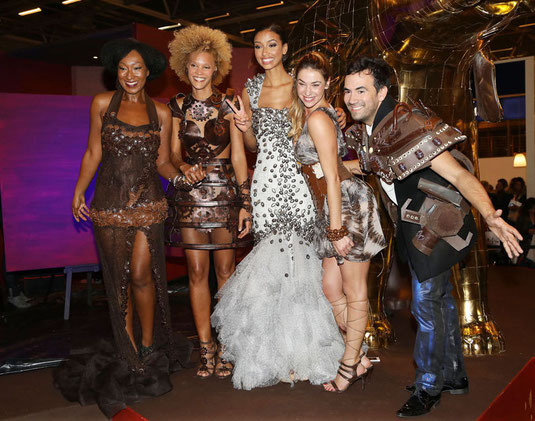 Les célébrités prennent la pose sur le stand cote d'or avant les performances du peintre erik black
